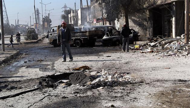 Un hombre contempla los destrozos de los últimos bombardeos en una calle de Alepo