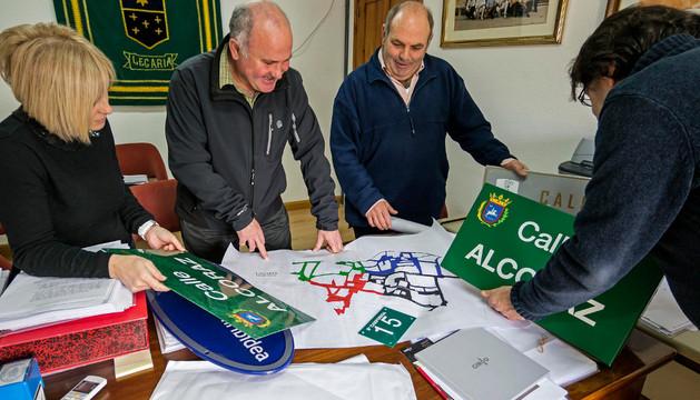 Los concejales, alcalde y secretario de Legaria, eligiendo el modelo de las placas y los números que se van a colocar