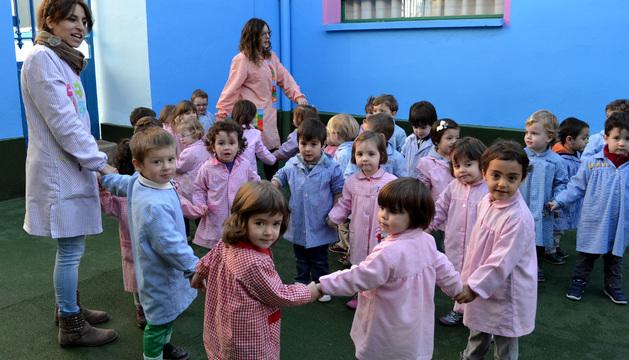 Niños del primer ciclo de Educación Infantil jugando en el nuevo patio reformado