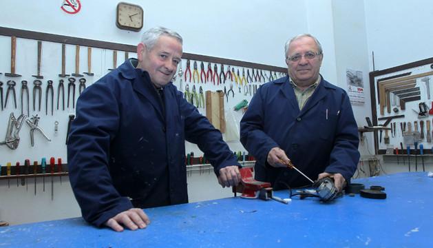 Pedro Aguerri y José Mª Remacha en el taller de la Rochapea