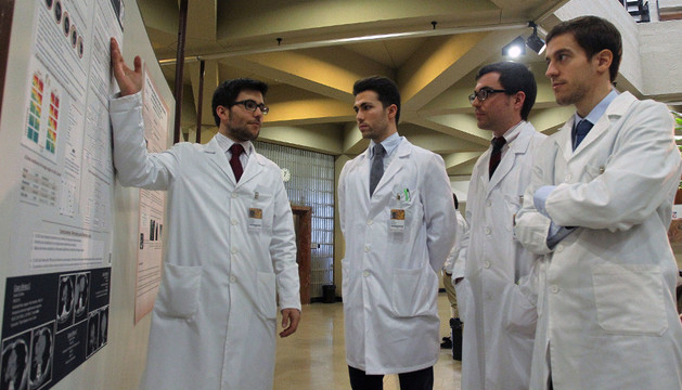 El alumno Alfonso González Elosua muestra su trabajo a sus compañeros