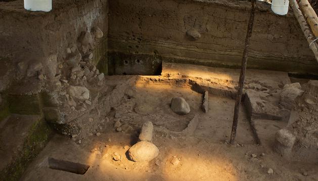 Vista general del piso habitacional que arqueólogos descubrieron y tiene un fechado radio carbónico de 2.200 años Antes de Cristo