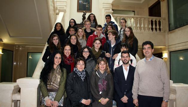 Los alumnos franceses posaron junto a las autoridades municipales de Tudela en su visita al ayuntamiento