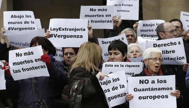 Participantes en la concentración convocada por SOS-Racismo en Pamplona