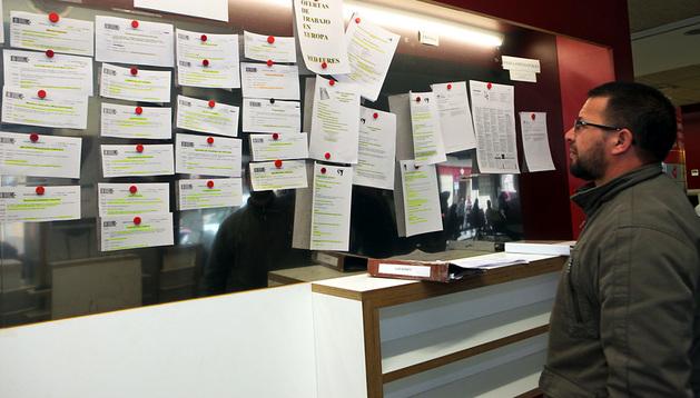 Una persona estudia las ofertas de trabajo en la oficina de empleo del Servicio Navarro de Empleo en Tudela