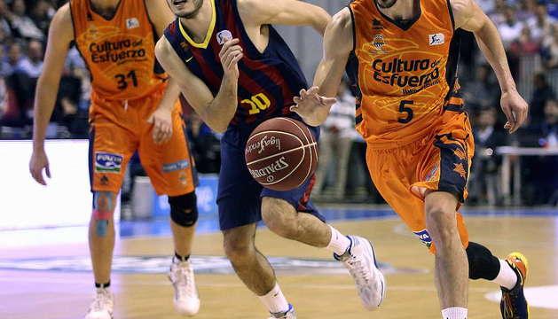 Dos jugadores disputan un balón