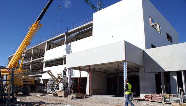 Varios operarios trabajan en las obras de construcción del futuro colegio público de Cascante