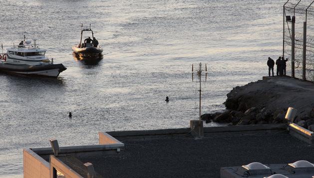 Miembros de la Guardia Civil rastrean el perímetro fronterizo entre Ceuta y Marruecos.