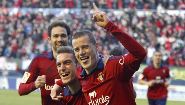 Lolo, Torres y Oriol celebran un gol rojillo