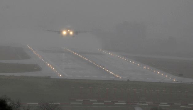Un avión en el momento de despegar del aeropuerto de Bilbao en pleno temporal