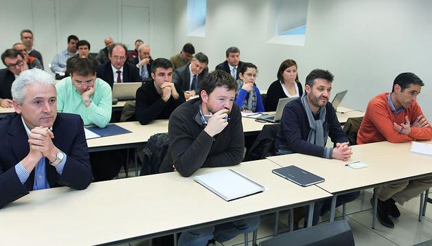 Imagen del momento en que representantes de los dos consorcios empresariales  se reunieron con la Mesa de Contratación