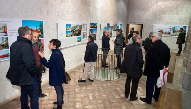 Visitantes de la exposicion en Condestable