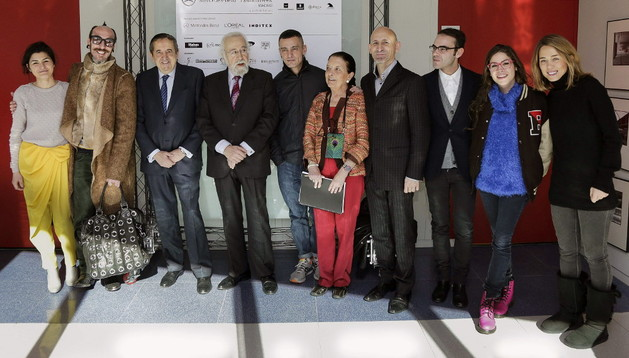 El director general de IFEMA, Fermín Lucas (3i); el presidente ejecutivo, Luis Eduardo Cortés (4i); y la directora de la Mercedes-Benz Fashion Week Madrid, Leonor Pérez Pita (5d), acompañados por algunos de los diseñadores participantes