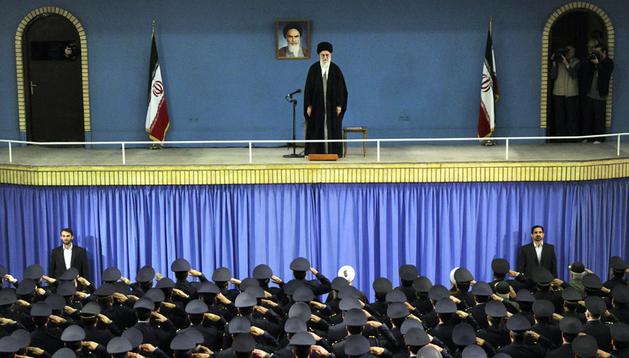Ayatollah Ali Khamenei el pasado 8 de febrero durante una reunión con la fuerza aérea iraní