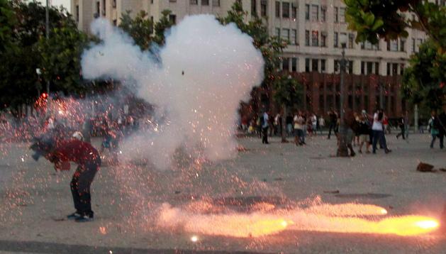 El cámara Santiago Andrade en el momento en el que es alcanzado por un artefacto explosivo