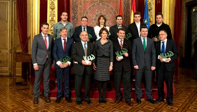 Los galardonados y las autoridades en la ceremonia