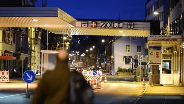 Un hombre camina hacia la frontera con Suiza en Constance (Alemania)