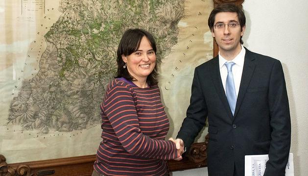 La alcaldesa de Baztan, Garbiñe Elizegi, y el director de Gas Navarra, Miquel Andreu López, tras la firma del convenio