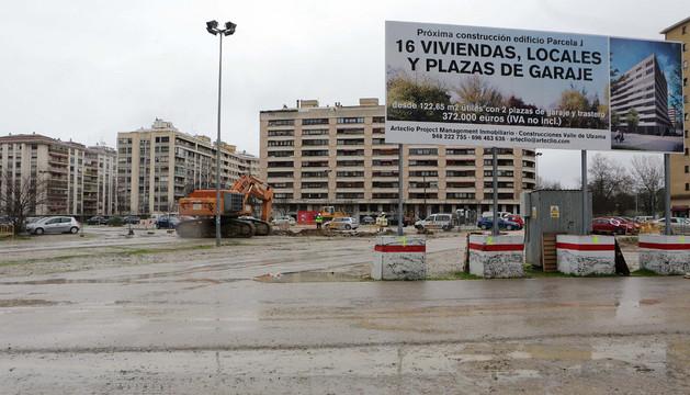 El terreno sobre el que se van a construir los edificios y en el que estacionaban los coches estuvo ayer prácticamente vacío
