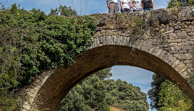 Varios vecinos sobre el puente del río Salado en término de Salinas de Oro