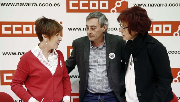 El secretario general de la Federación de Servicios a la Ciudadanía de CC OO de Navarra, Cecilio Aperte (c), junto con las secretarias generales de las federaciones de Enseñanza y Sanidad, Maite Rocafort (d) y Carmen Pueyo (i).