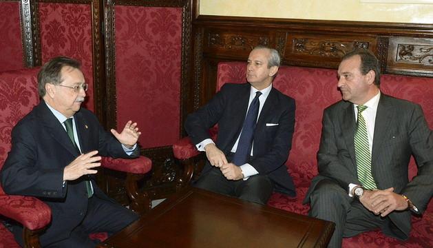 Director de la Guardia Civil, Arsenio Fernández de Mesa (c), acompañado por el Presidente de la Ciudad Autónoma de Ceuta, Juan Jesús Vivas (i) y el delegado del Gobierno en la ciudad, Francisco Antonio González