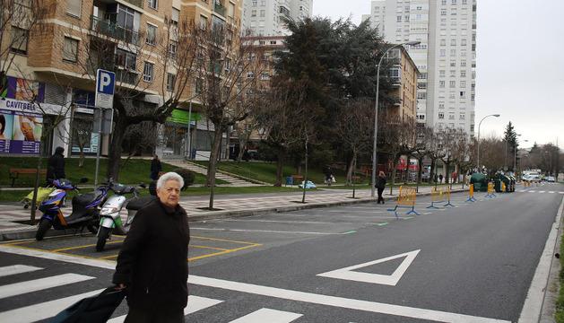 Plazas de aparcamiento pintadas parcialmente en la avenida de Pamplona de Barañáin