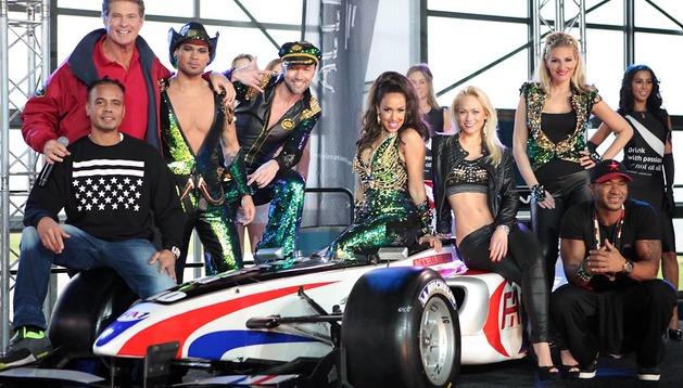 David Hasselhoff, arriba a la izquierda, y miembros de los grupos 2 Unlimited, Vengaboys y Twenty 4 Seven posan  con uno de los coches del espectáculo