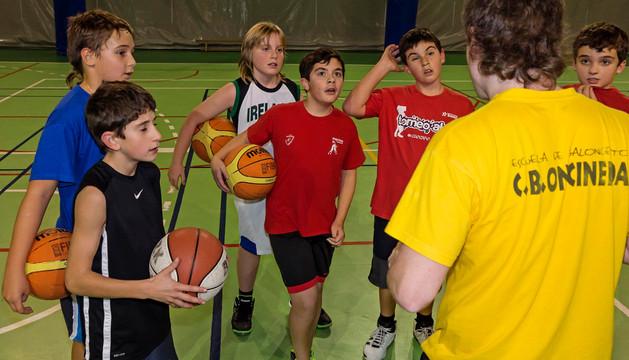 Un grupo de jugadores del Oncineda atiende a su técnico