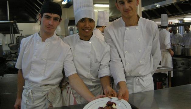 Iker García, a la izquierda, con dos compañeros
