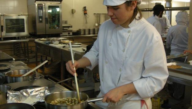 Ana Irati Garrote, cocinando en clase