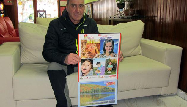 Ramón Garde, con un ejemplar del calendario solidario para Anfas