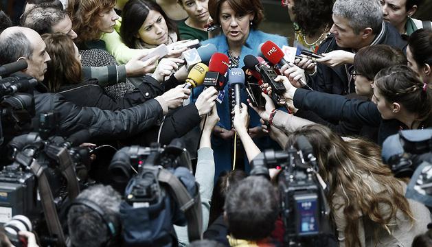 La presidenta del Gobierno de Navarra, Yolanda Barcina, hace declaraciones a los medios de comunicación antes de empezar el Pleno de este jueves.