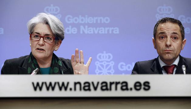 La vicepresidenta y consejera de Economía y Hacienda, Lourdes Goicoechea, y el consejero portavoz, Juan Luis Sánchez de Muniáin, durante la rueda de prensa de este miércoles