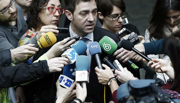 El secretario general del PSN Roberto Jimenez, hace declaraciones a los medios de comunicación tras la votación en el Parlamento