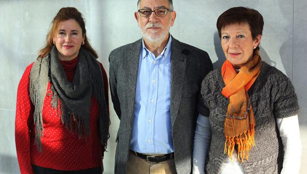 Desde la izquierda, Marian Vélez, Ramón Vergara y Aurora Sada, vecinos afectados por la urbanización
