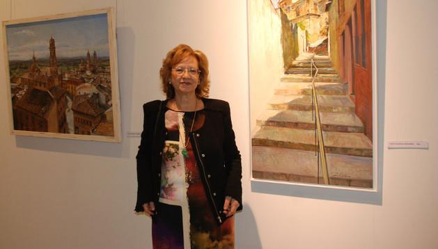 La artista Beatriz Cantone, junto a dos de las obras expuestas