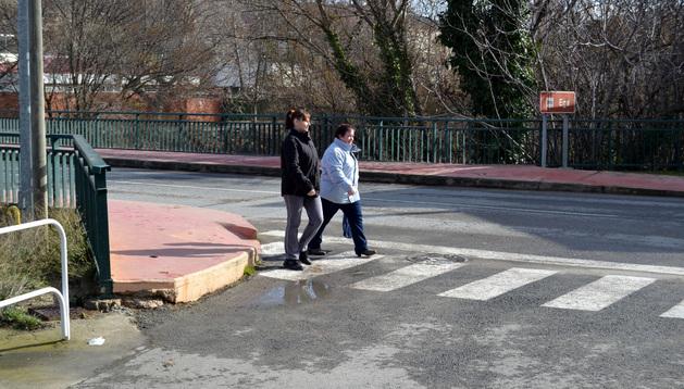 Dos vecinas cruzan por uno de los nuevos pasos de cebra