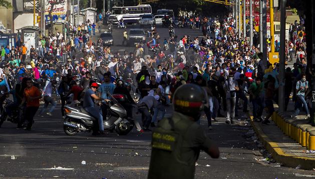 Miembros de las Fuerzas Armadas de Venezuela se enfrentan a los manifestantes en una marcha convocada por la oposición, en Caracas.
