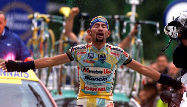 Marco Pantani cruza primero en meta en el Tour del 98