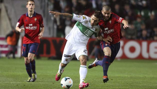 Damián Suárez y Silva luchan por una pelota