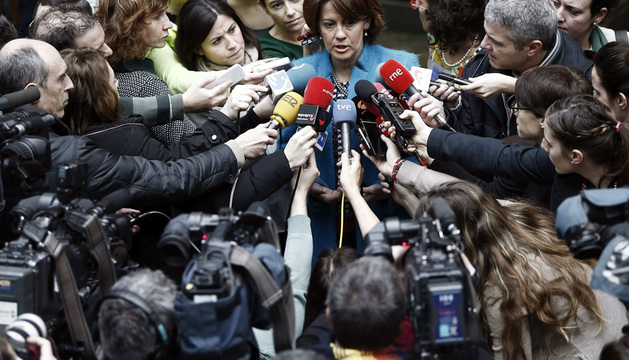 La presidenta del Gobierno de Navarra, Yolanda Barcina hace declaraciones a los medios de comunicación antes de empezar el Pleno.