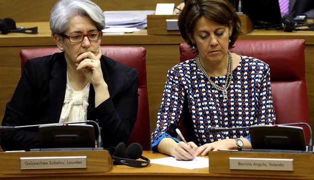 Yolanda Barcina y Lourdes Goicoechea en el pleno del Parlamento