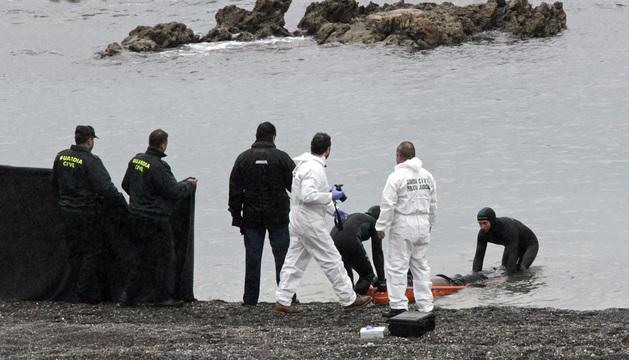Agentes de la Guardia Civil recuperaron el pasado martes el cadáver de duodécimo inmigrante fallecido en Ceuta.