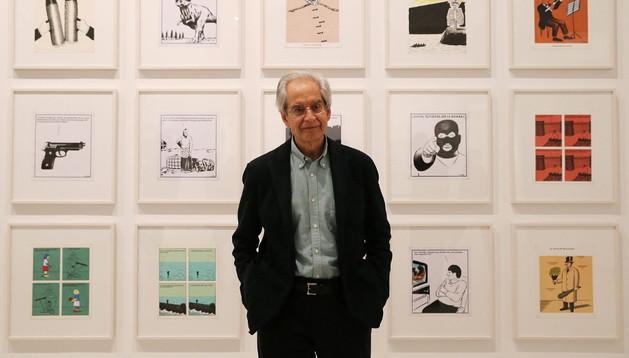 El dibujante Andrés Rábago, 'El Roto', posa frente a varias obras de 'Apocalipsis'