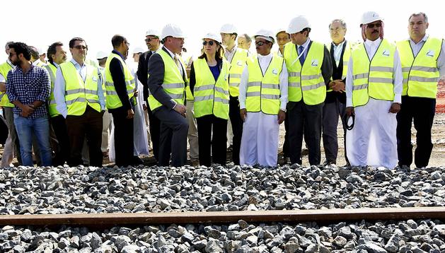 La ministra Ana Pastor (centro) junto  la delegación que visitó las obras del AVE a La Meca