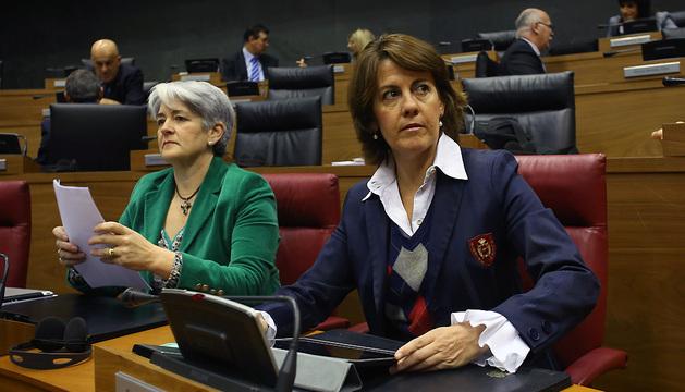 Lourdes Goicoechea y Yolanda Barcina, en una imagen del pasado mes de diciembre en un pleno del Parlamento foral