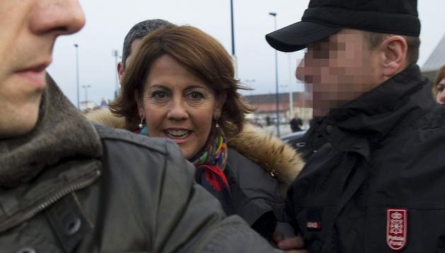 Yolanda Barcina llega al hotel Hola de Tafalla escoltada por agentes de la Policía Foral