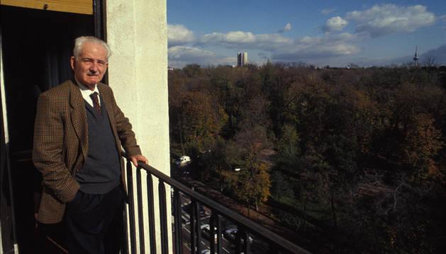 En una imagen retrospectiva, Julio Caro Baroja asomado al balcón de su casa de Madrid