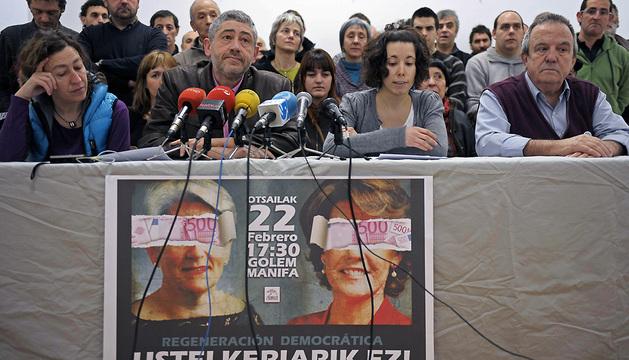 Representantes de la asociación Kontuz, durante la rueda de prensa de este sábado